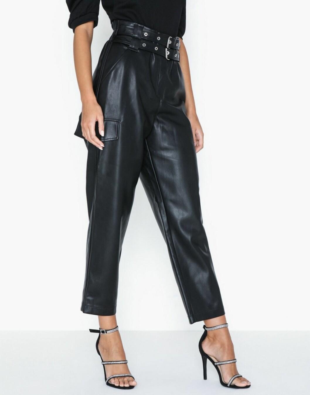 Svarta byxor i konstläder för dam till våren 2020