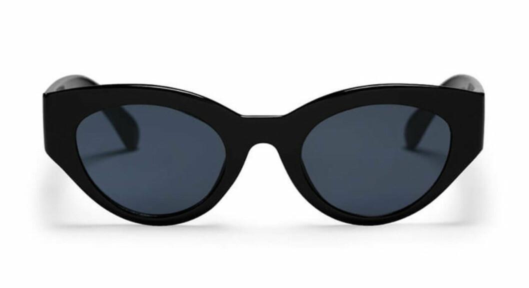Svarta solglasögon med ovala bågar