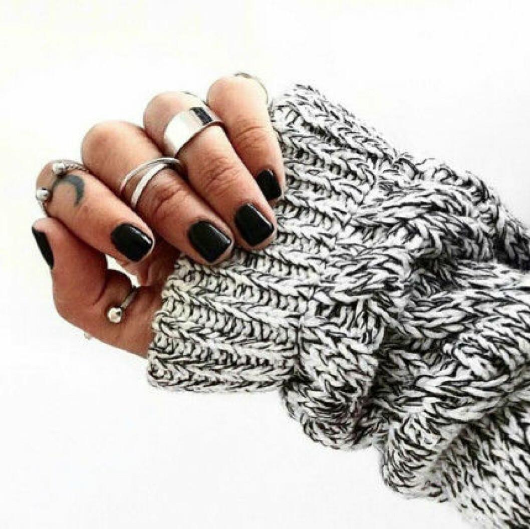 svarta naglar