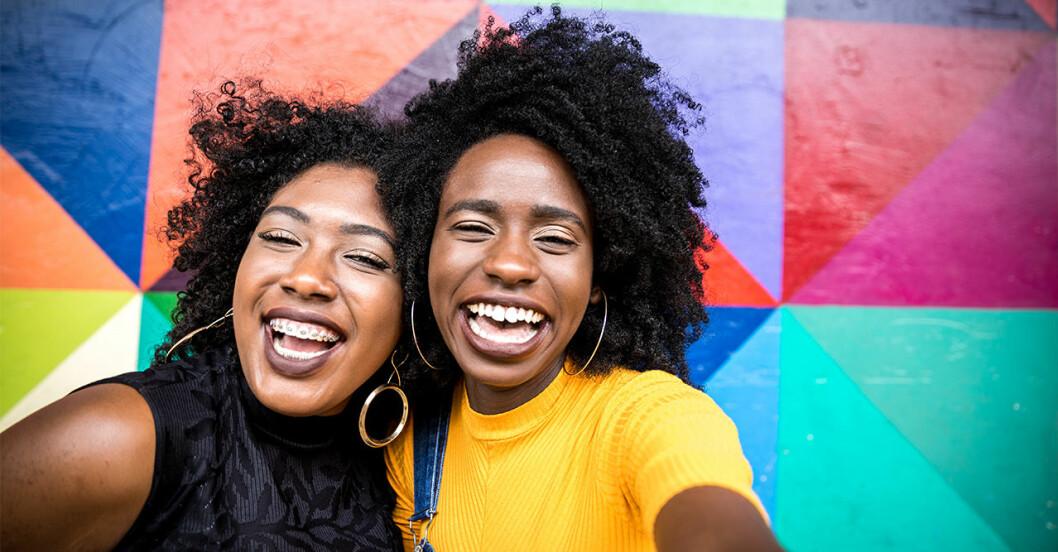 Systrar som skrattar tillsammans