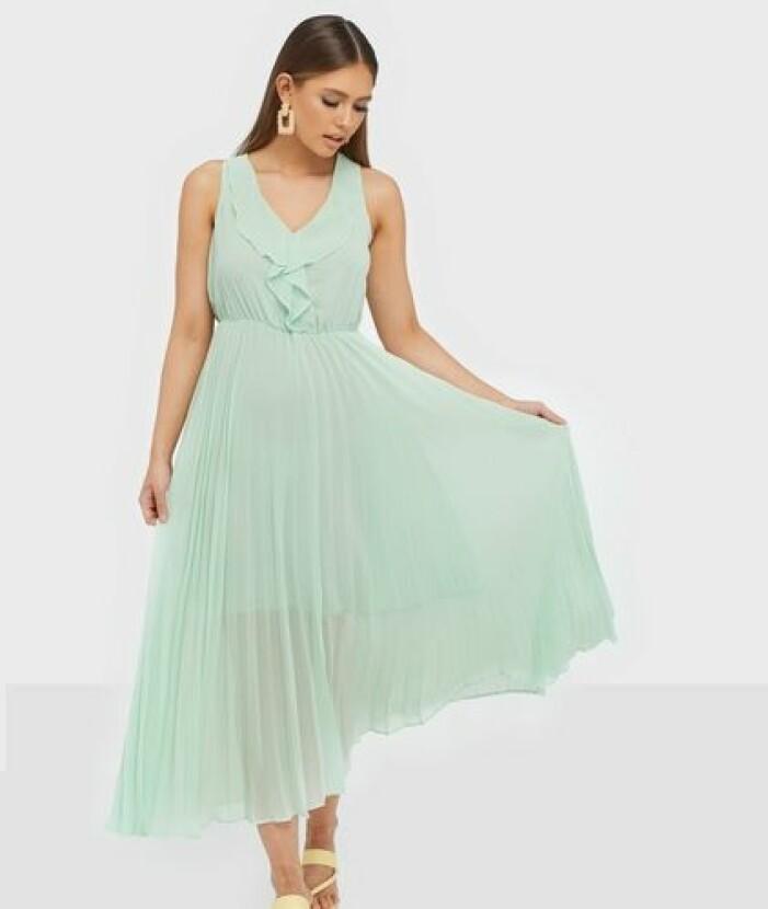 Ljusgrön plisserad klänning till brudtärna