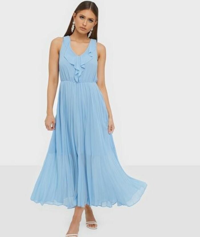 Blå plisserad klänning till brudtärnor