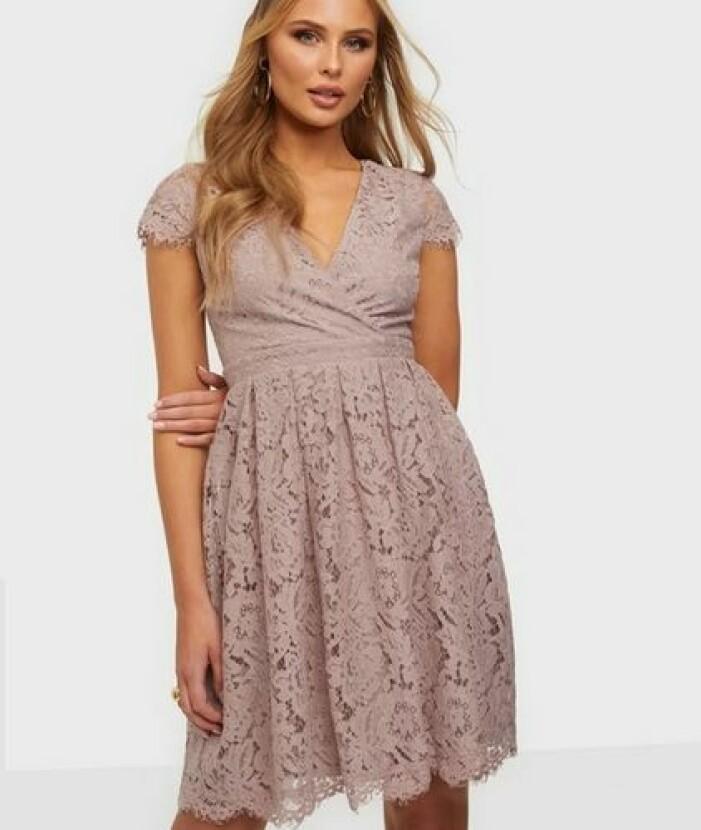 Rosa klänning i spets omlott brudtärna