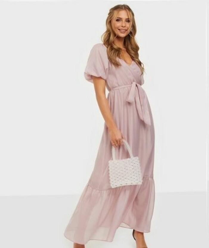 Rosa klänning till brudtärna med puffärm