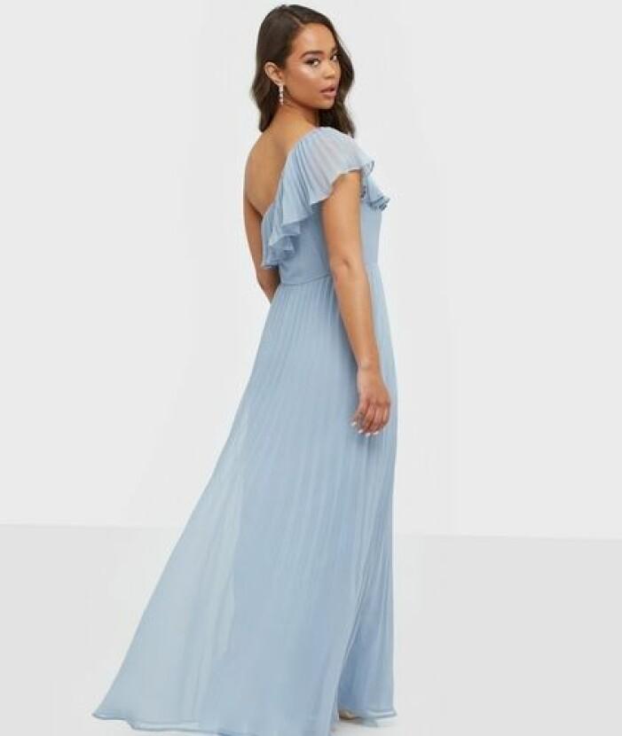 Blå klänning i plisserat material