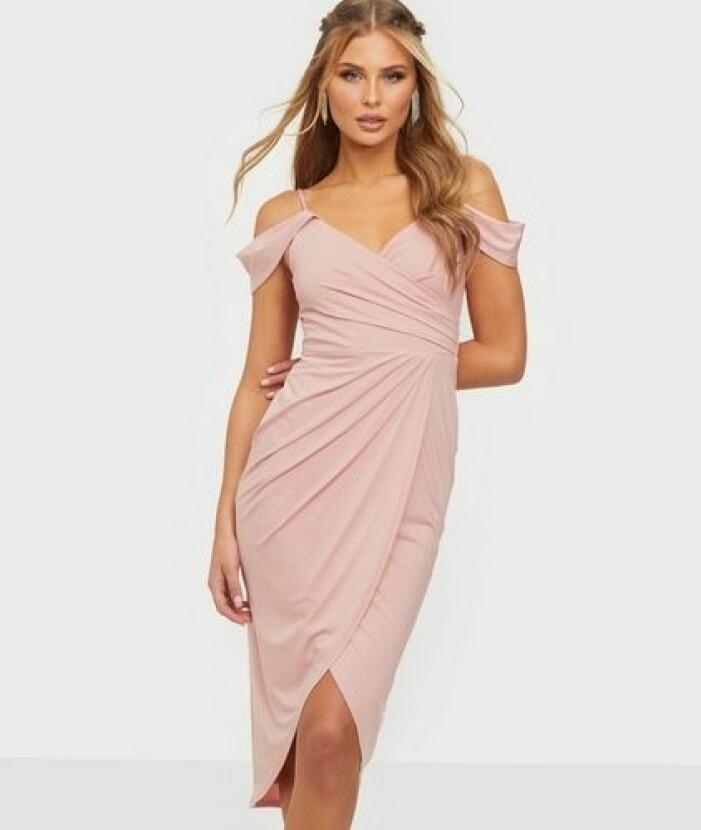 Rosa klänning i off shoulder-modell till brudtärna