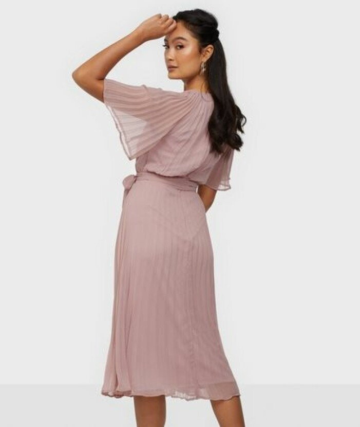 Rosa plisserad klänning i medellång modell till brudtärna