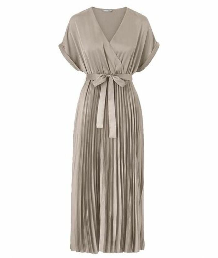 Plisserad medellång klänning till brudtärna