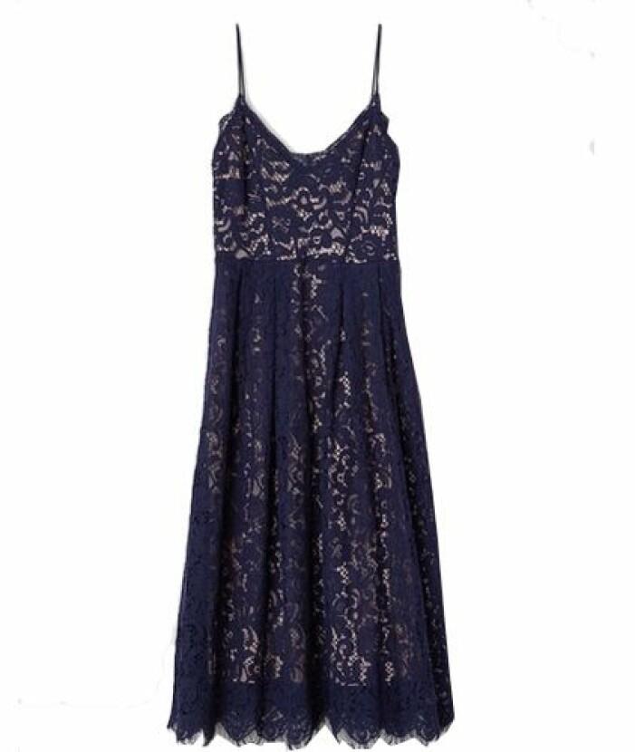 Mörkblå spetsklänning till brudtärna från H&M
