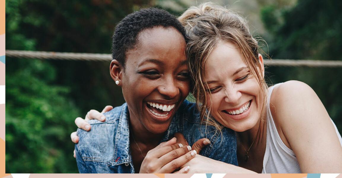 Kvinnor skrattar tillsammans