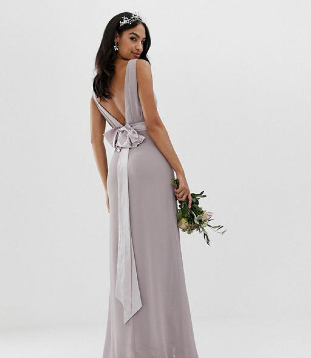 En bild på en grå satängklänning med midjeband och löstagbar rosett från Asos.
