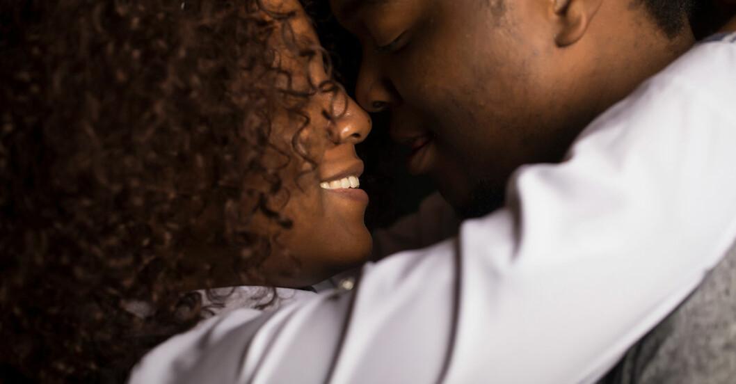 Par som pussas och kramas