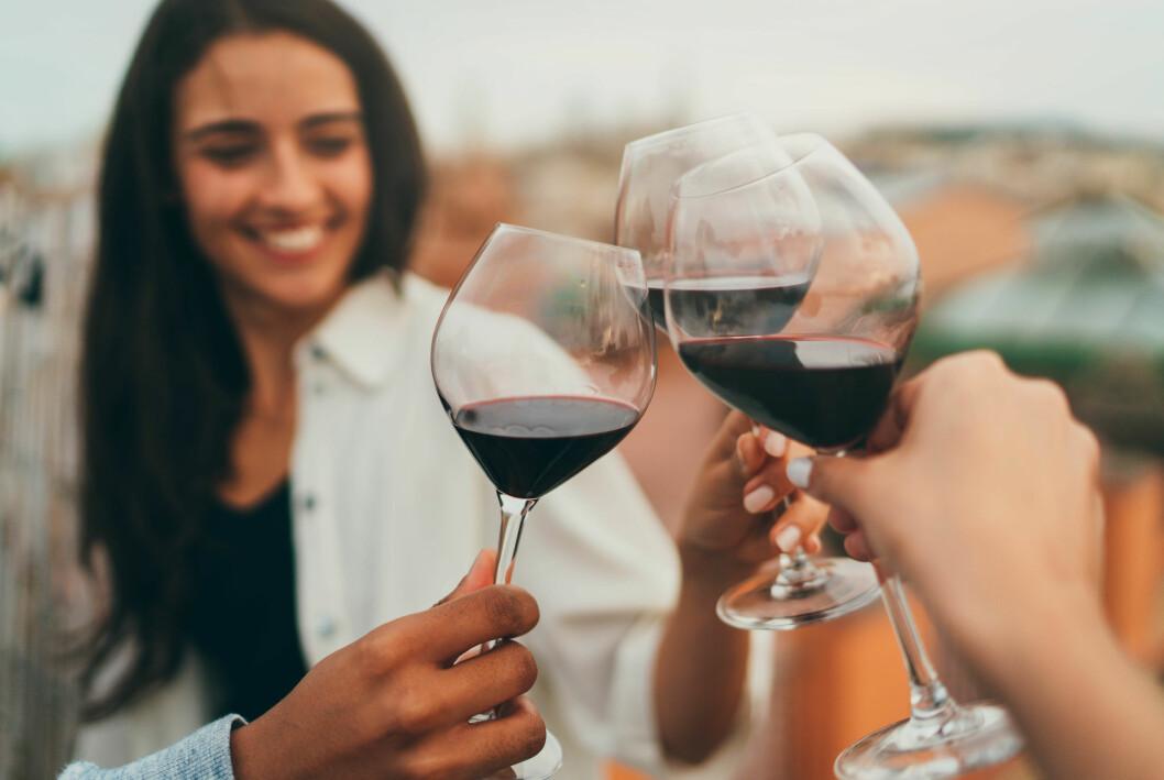 Vänner som skålar i vin