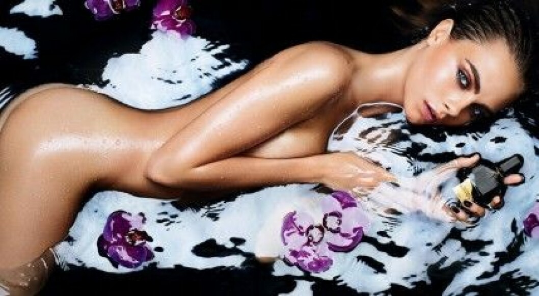 Cara Delevingne gör nakenreklam för Tom Fords parfym Black Orchid.