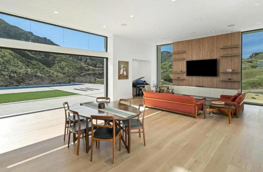 Bild på vardagsrummet i Taylors nya hus