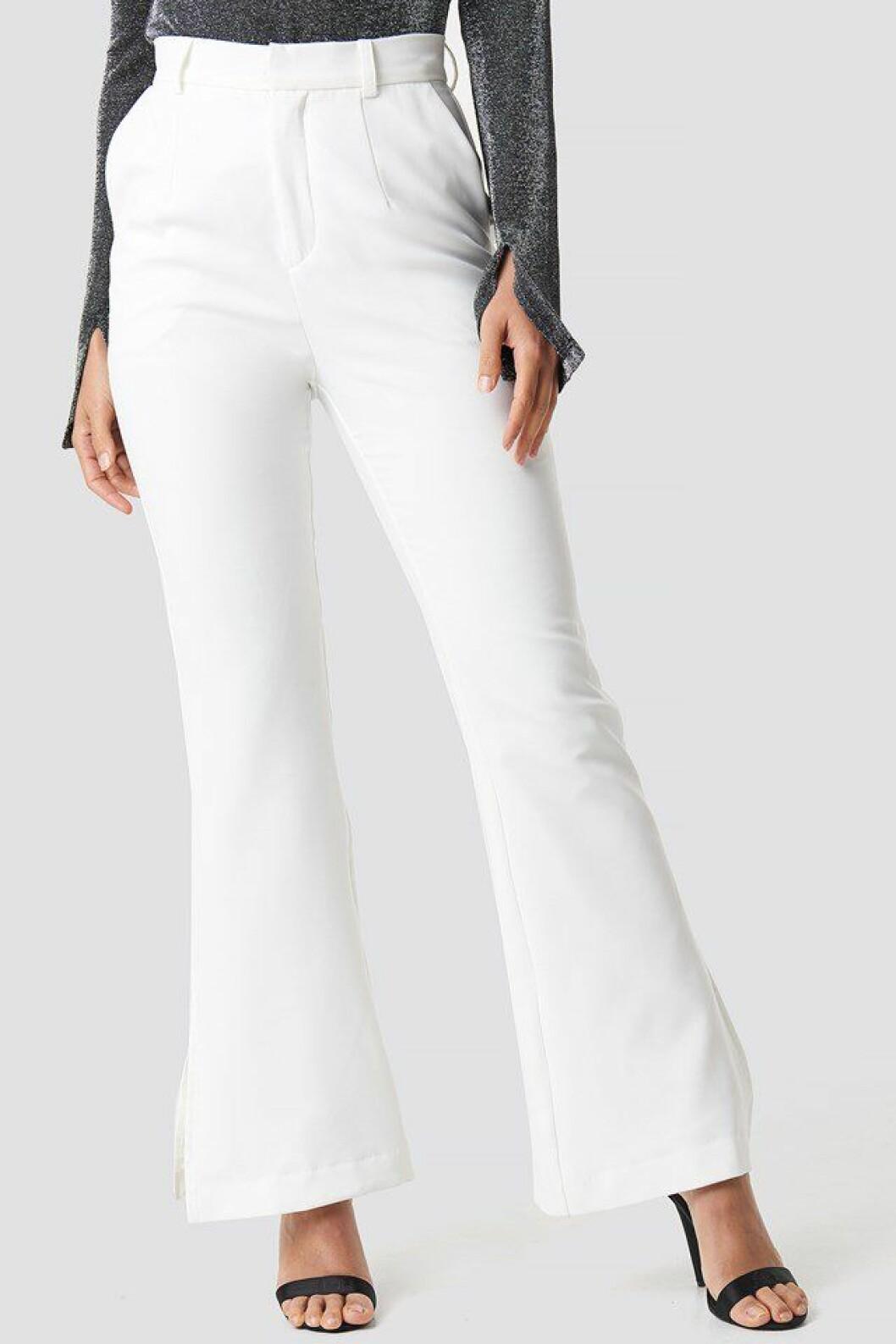 Vita utsvängda kostymbyxor