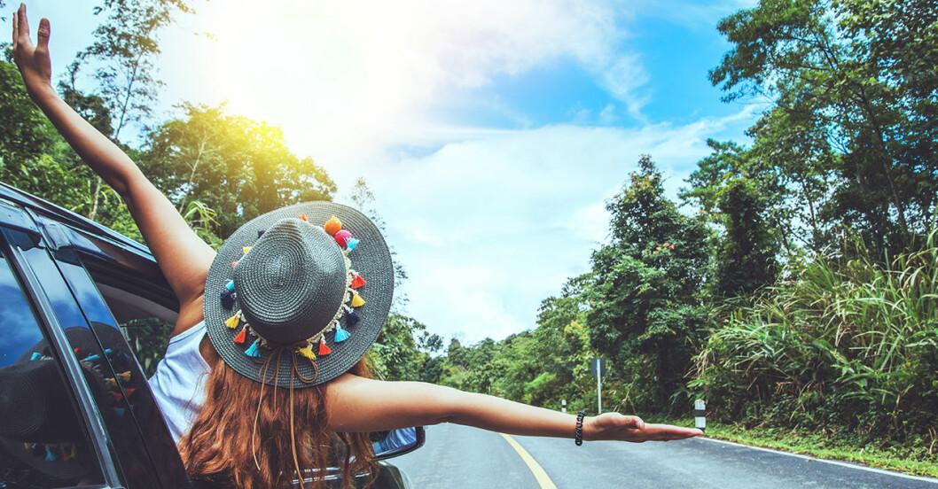 Kvinna semestrar med bil