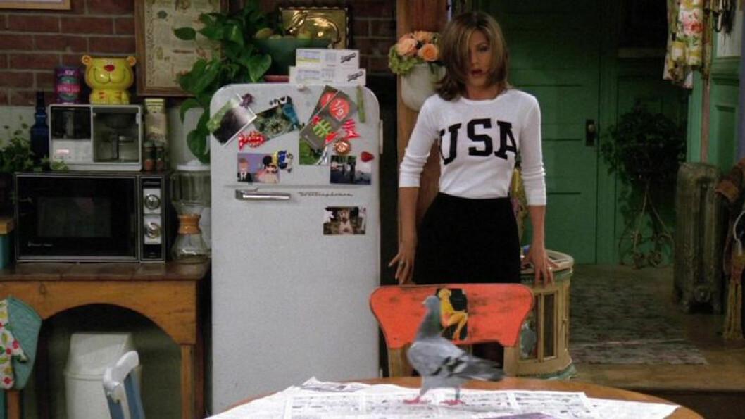 Rachel framför kylen