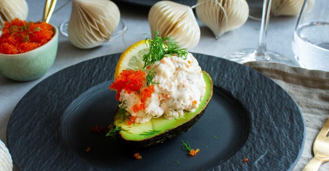 en halv avokado med vegansk skagenröra på