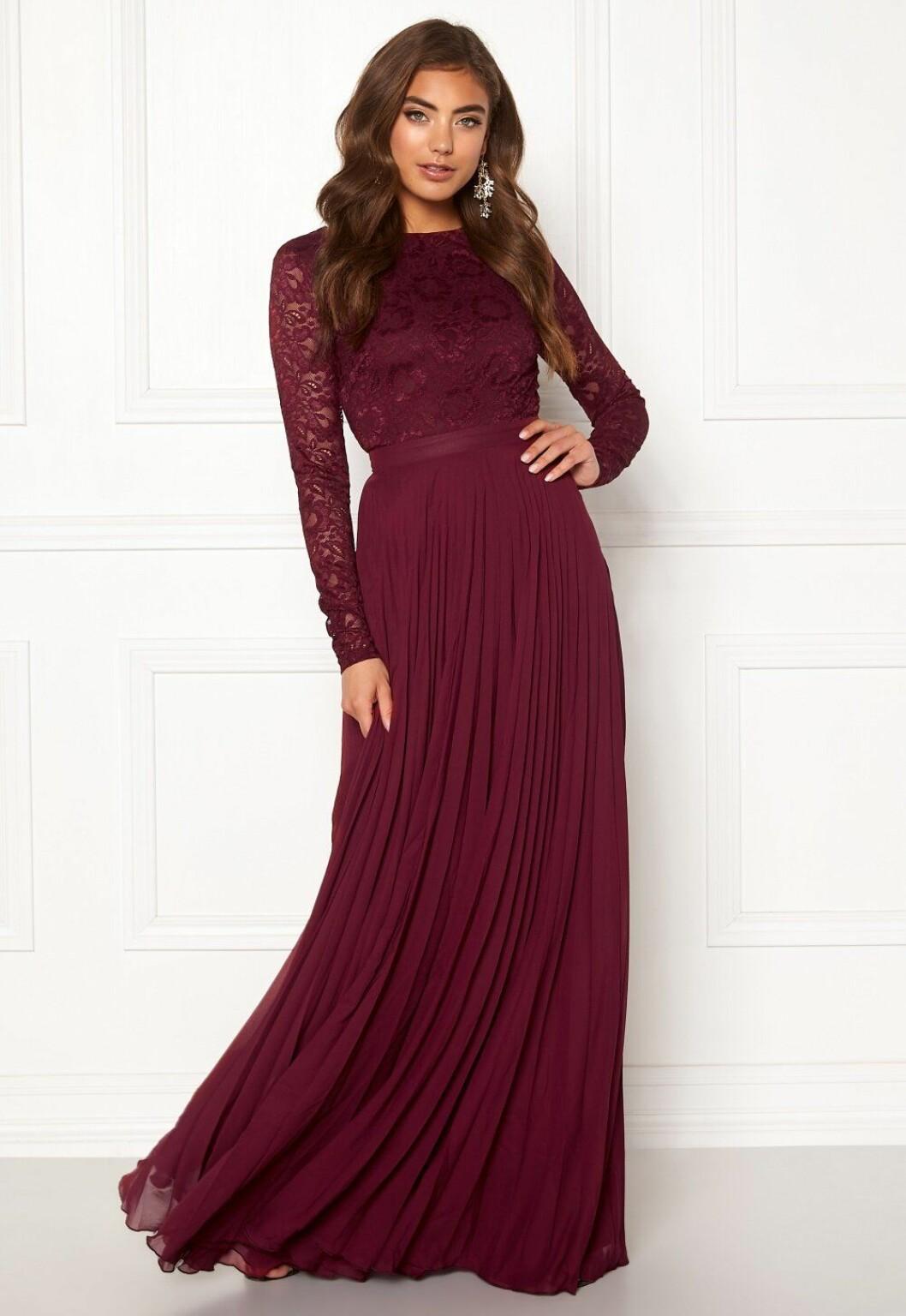 Vinröd klänning med lång ärm i spets till brudtärnan