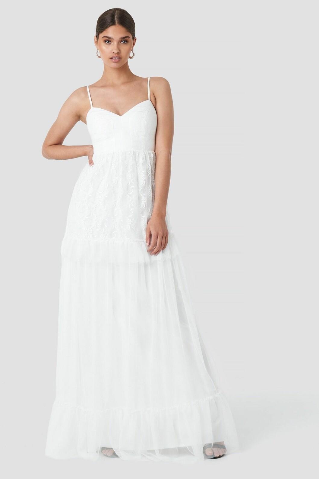 Vit billig brudklänning med spets och tyll till 2020