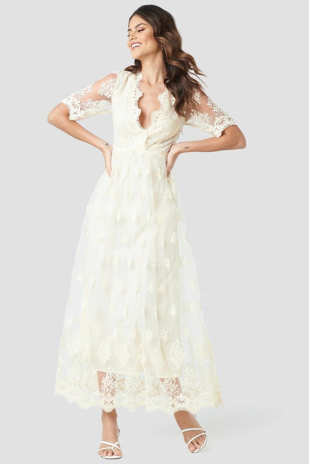 Billig vit brudklänning med trekvartslång ärm i spets till 2020