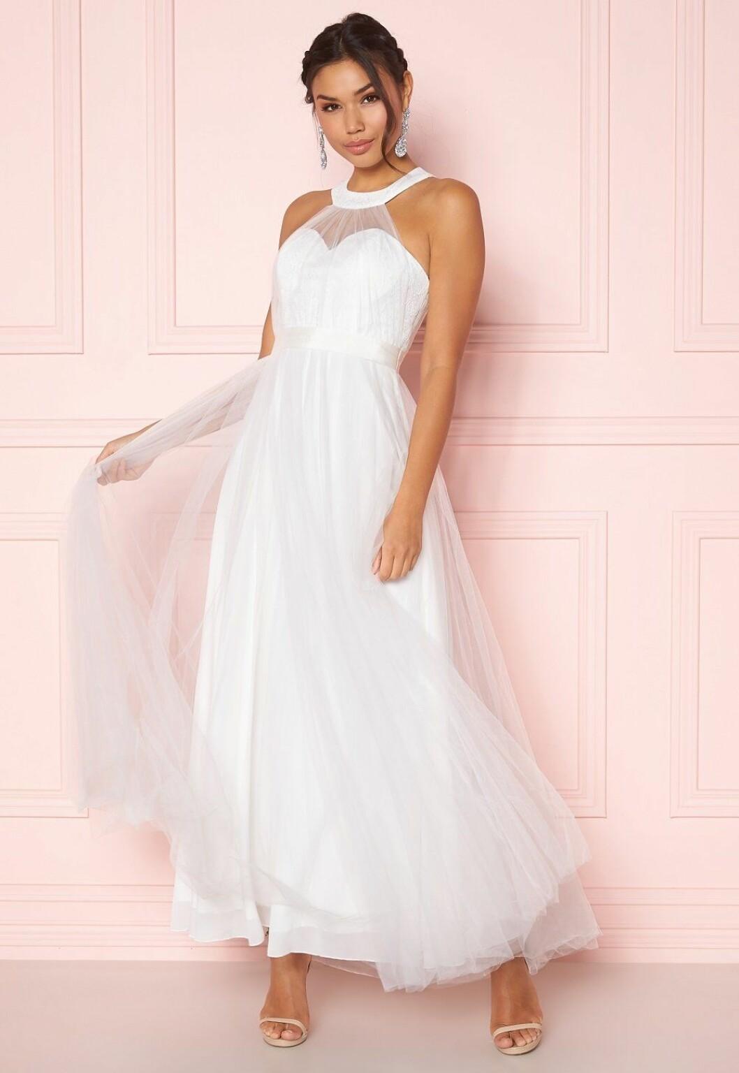 Vit brudklänning till budgetpris för 2020