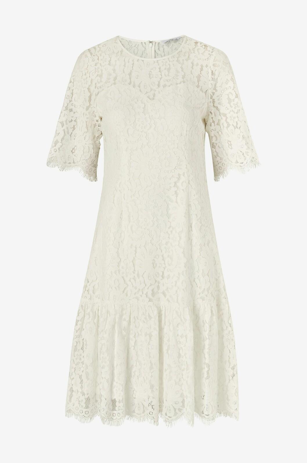 Vit enkel spetsklänning som passar perfekt som brudklänning