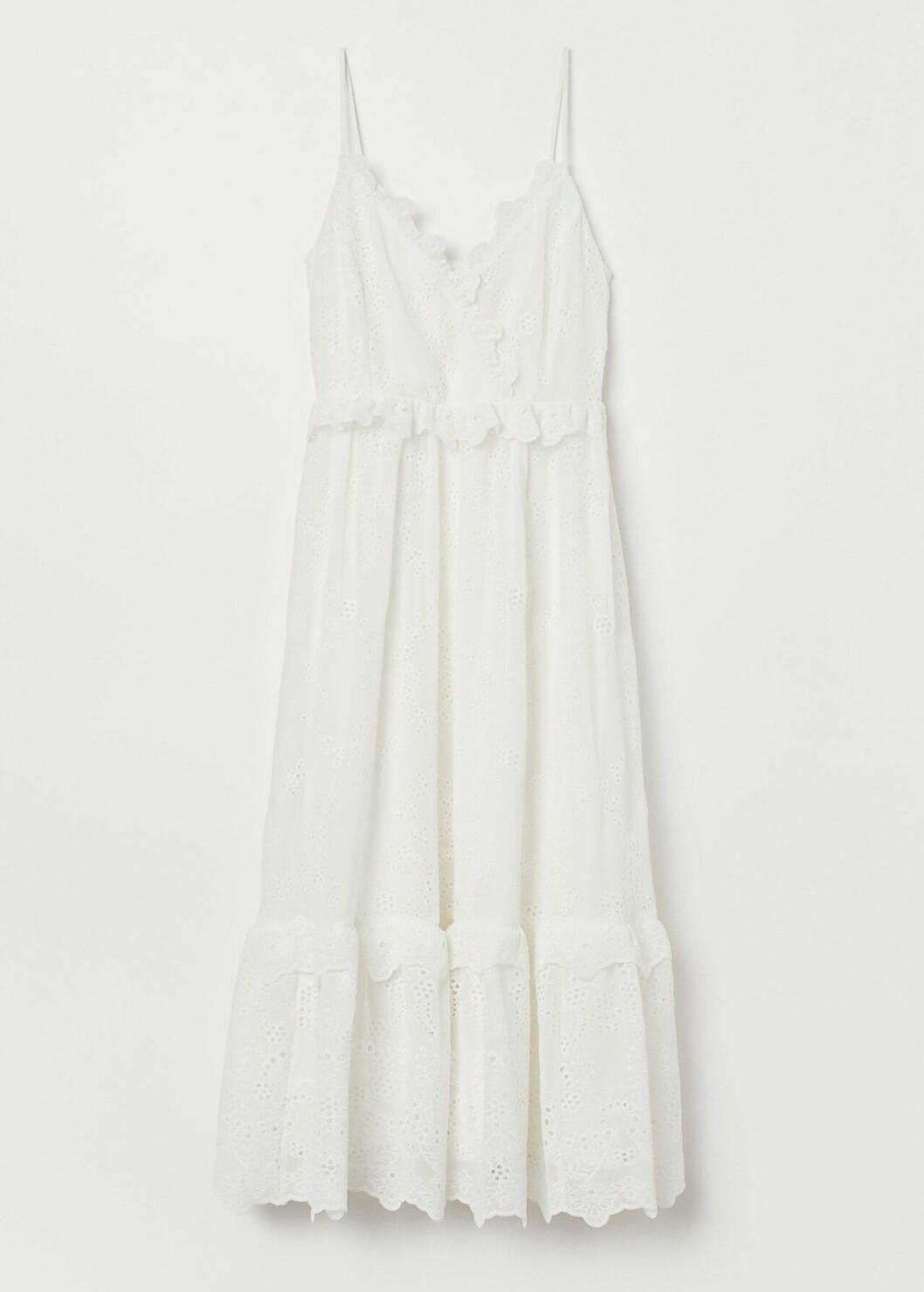 Vit enkel brudklänning med volanger och tunna band