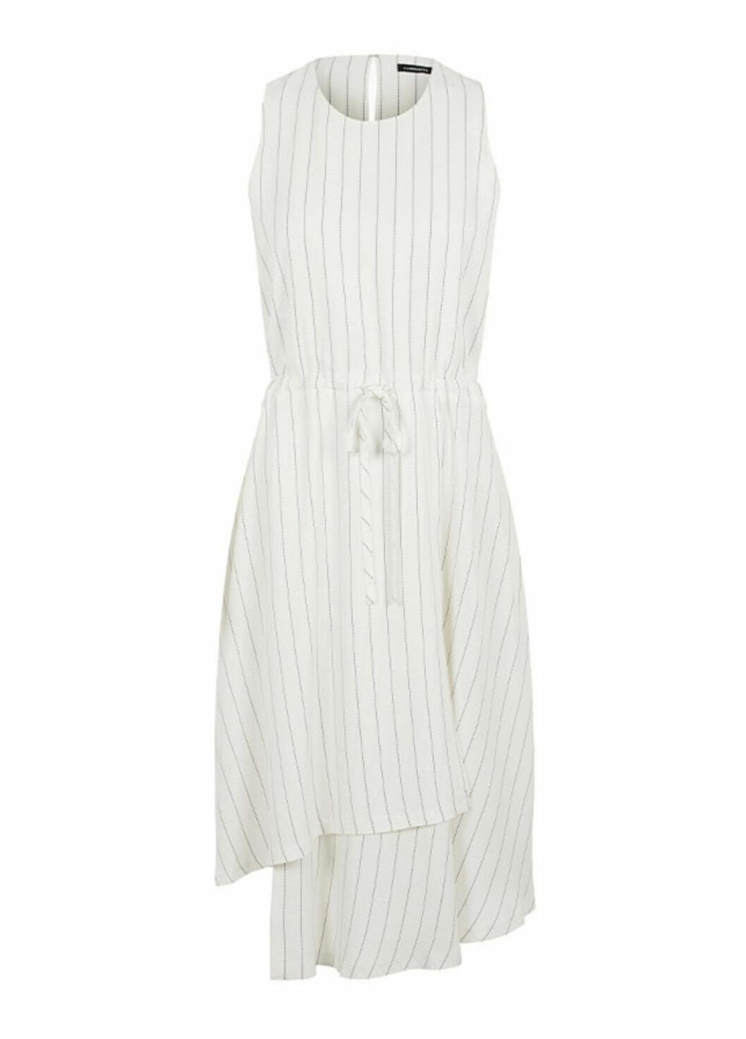 Vit klänning med smala ränder till sommaren 2020