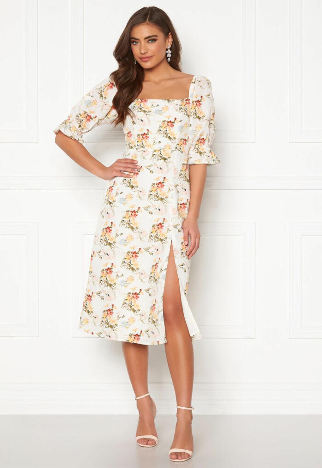 Vit klänning med blommor och puffärm