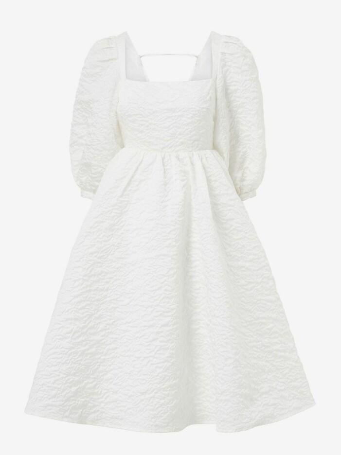 vit klänning med öppen rygg från Joelle