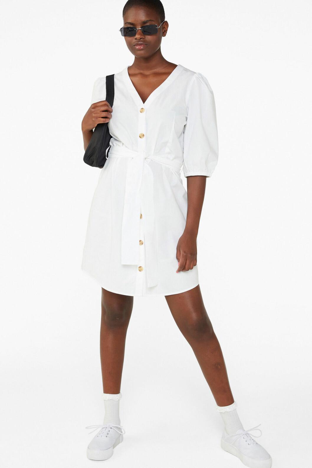 Vit klänning med knappar framtill för dam till 2020
