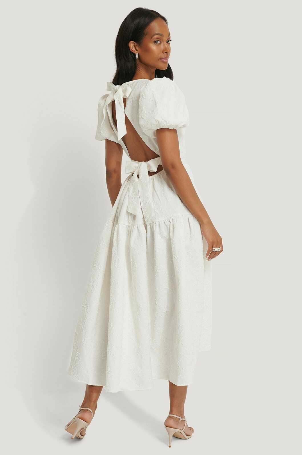Vit klänning med knytdetalj för dam till 2020