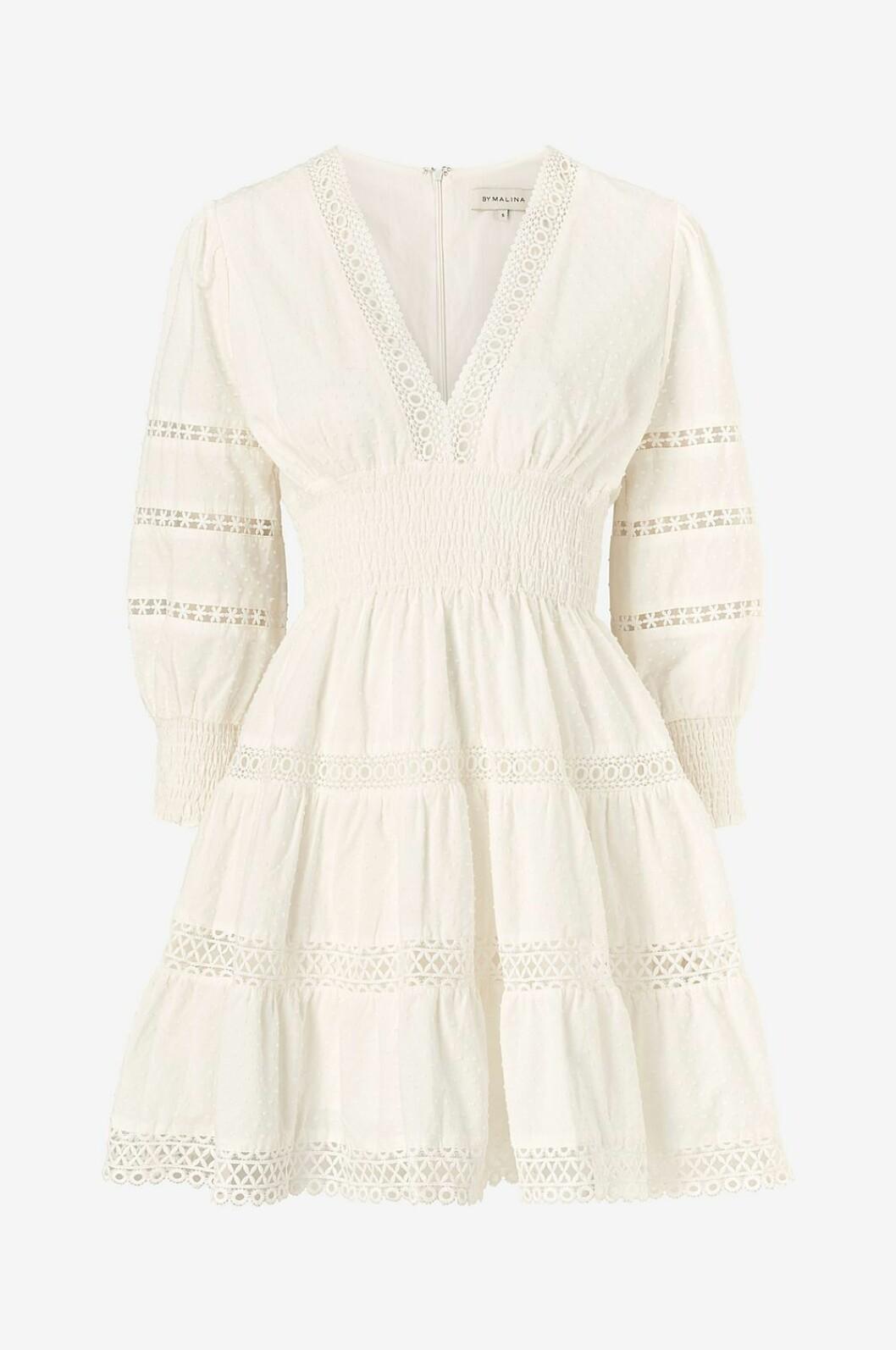 Vit klänning med v-ringning till sommaren 2020