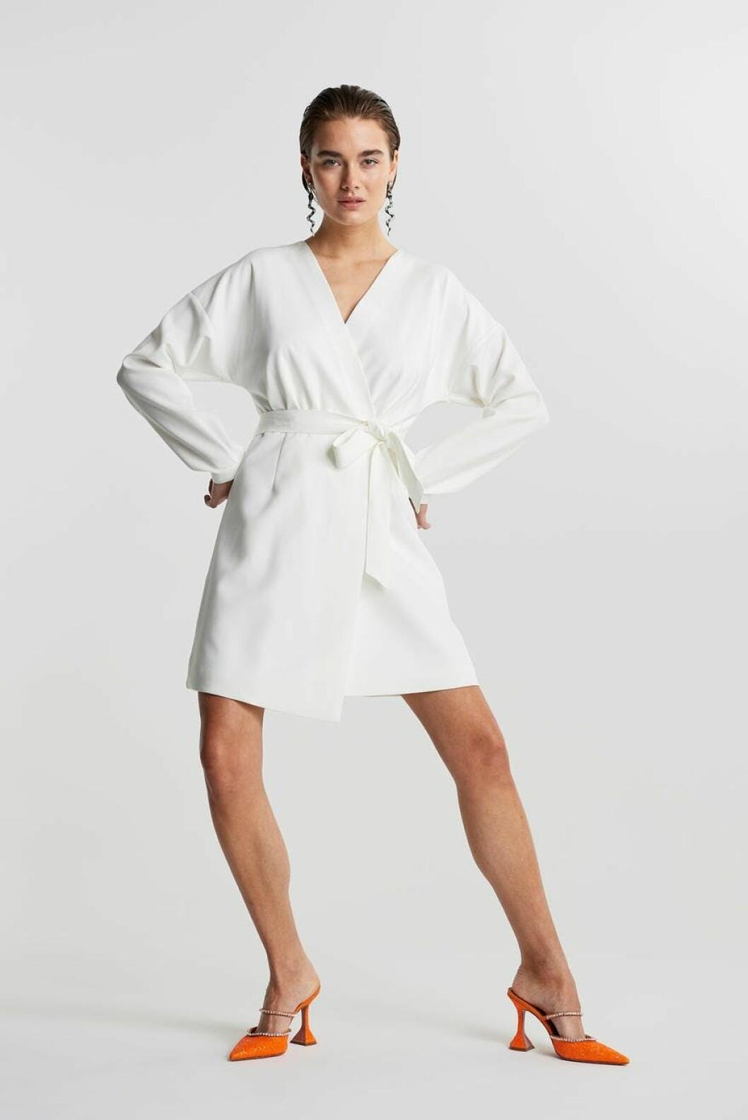 Vit klänning med lång ärm i omlottmodell från Gina tricot