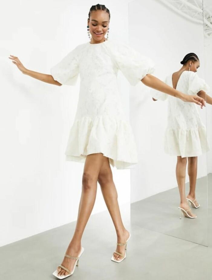vit klänning med puffärm och öppen rygg asos