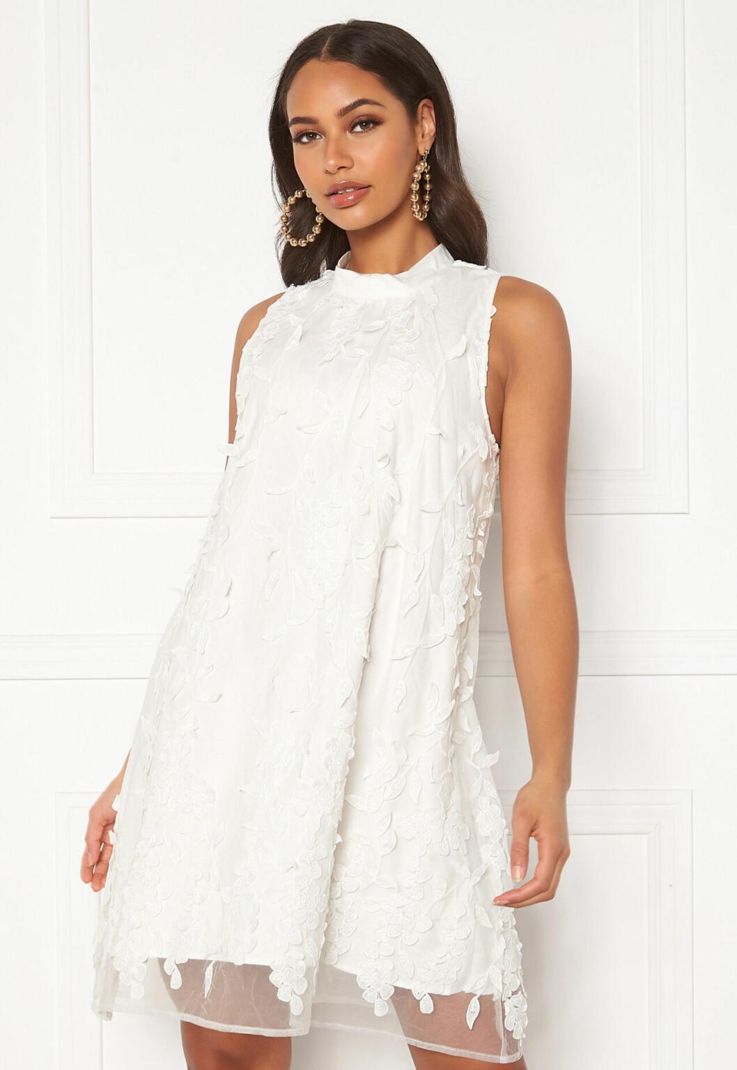 Vit klänning med 3d-blommor till sommaren 2020