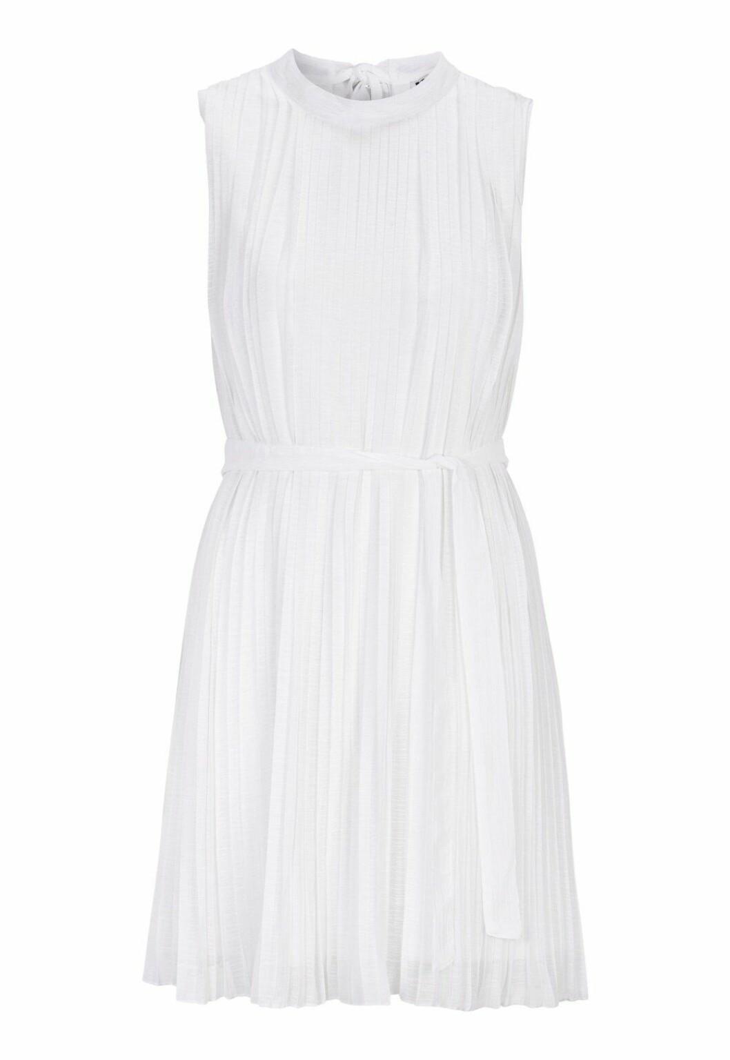 Vit plisserad klänning till sommaren 2019