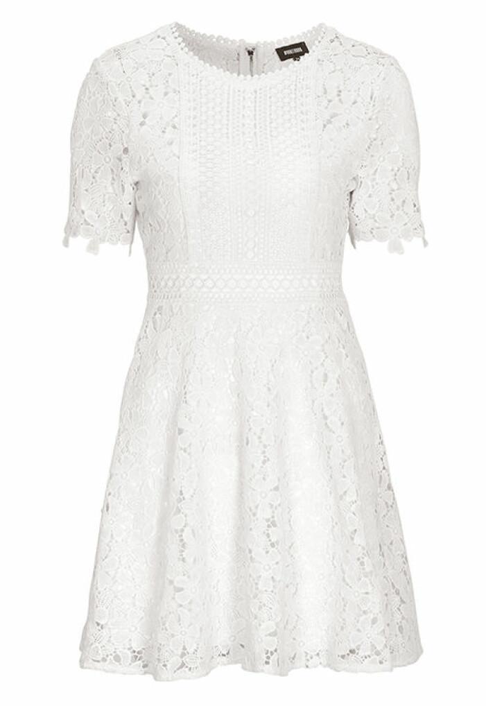 vit kortärmad studentklänning i spets 2021