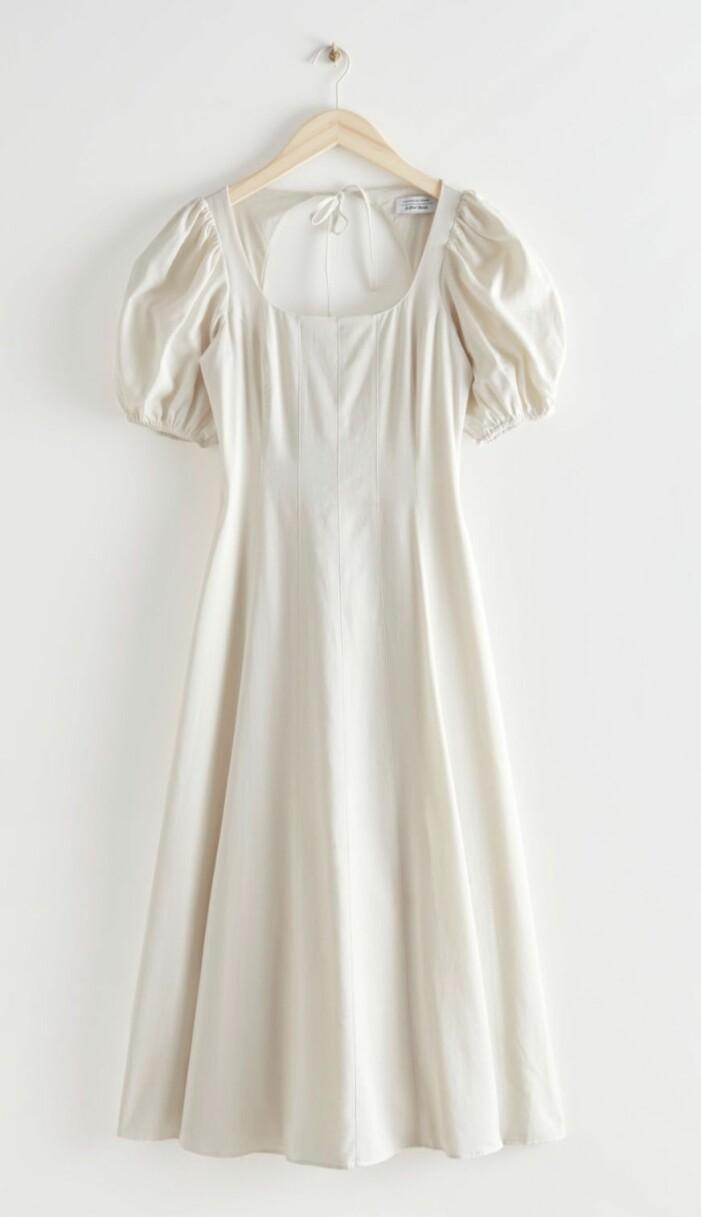 vit midiklänning med puffärm och öppen rygg från & Other stories