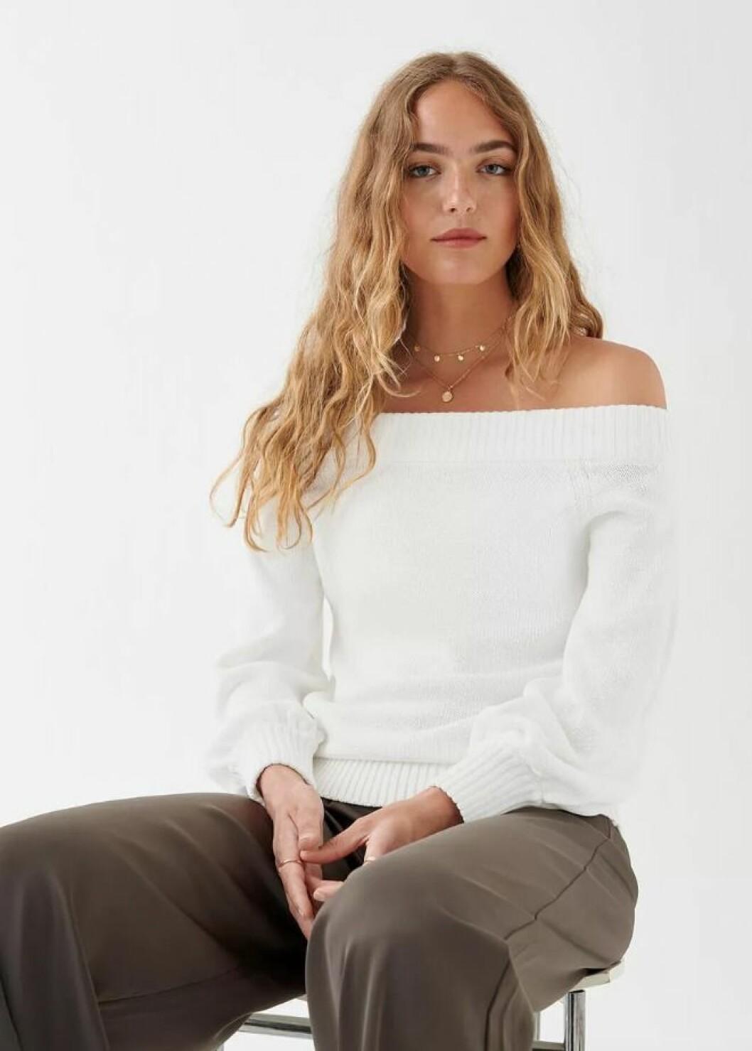 Vit stickad tröja i off shoulder-modell