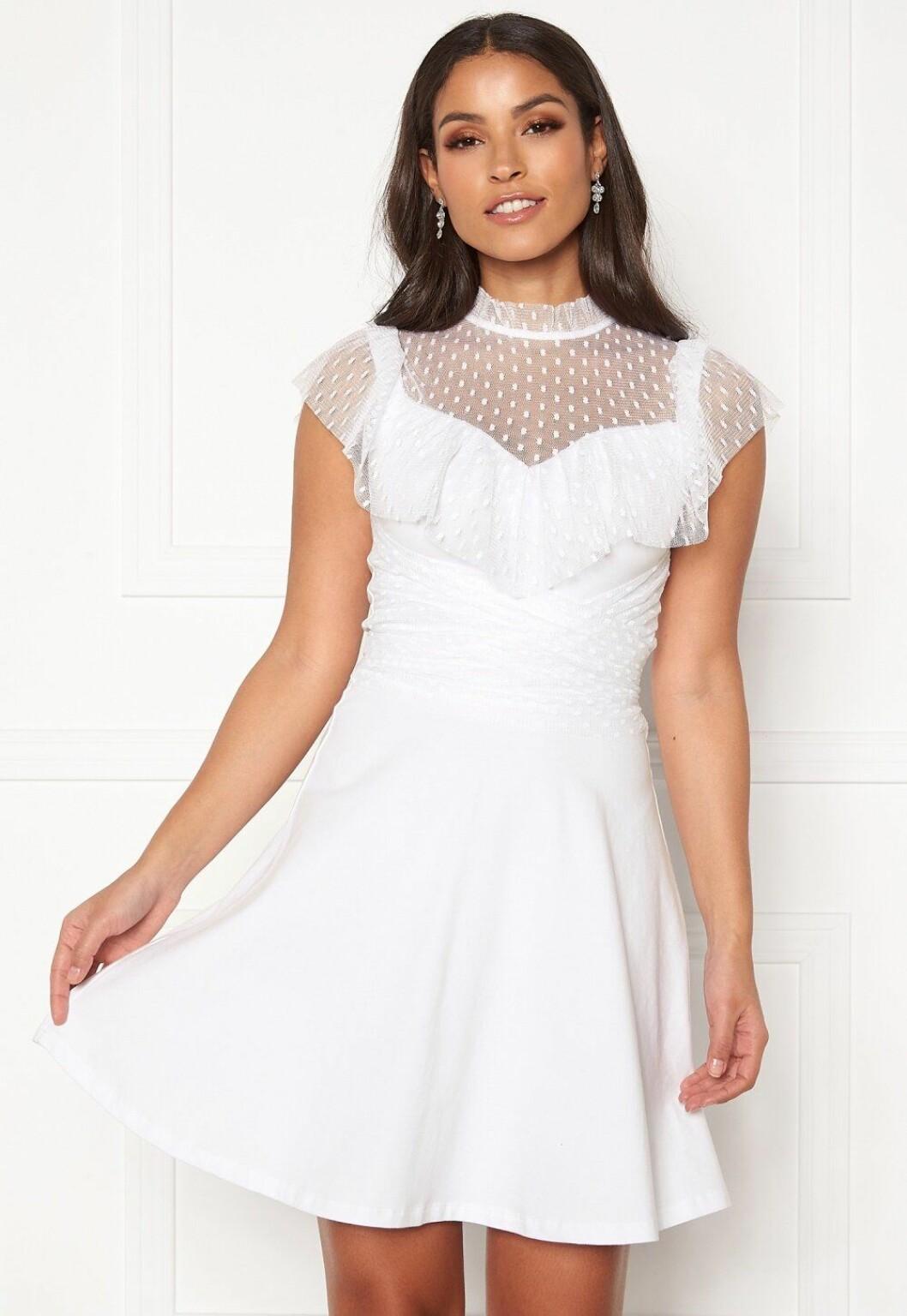 Vit romantisk klänning som fungerar som bröllopsklänning
