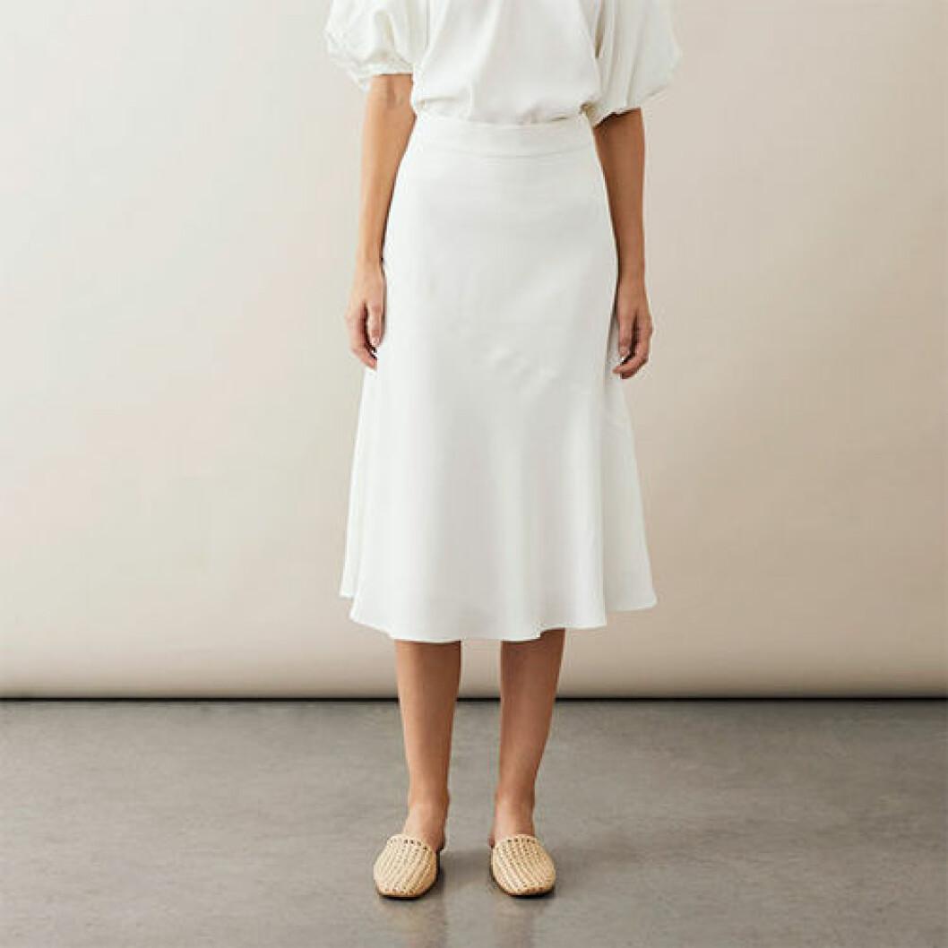 Vit medellång kjol i satin
