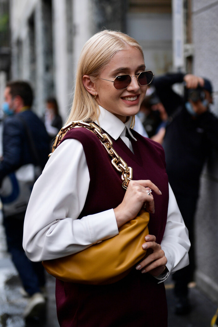 snygg styling med vit skjorta och stickad väst