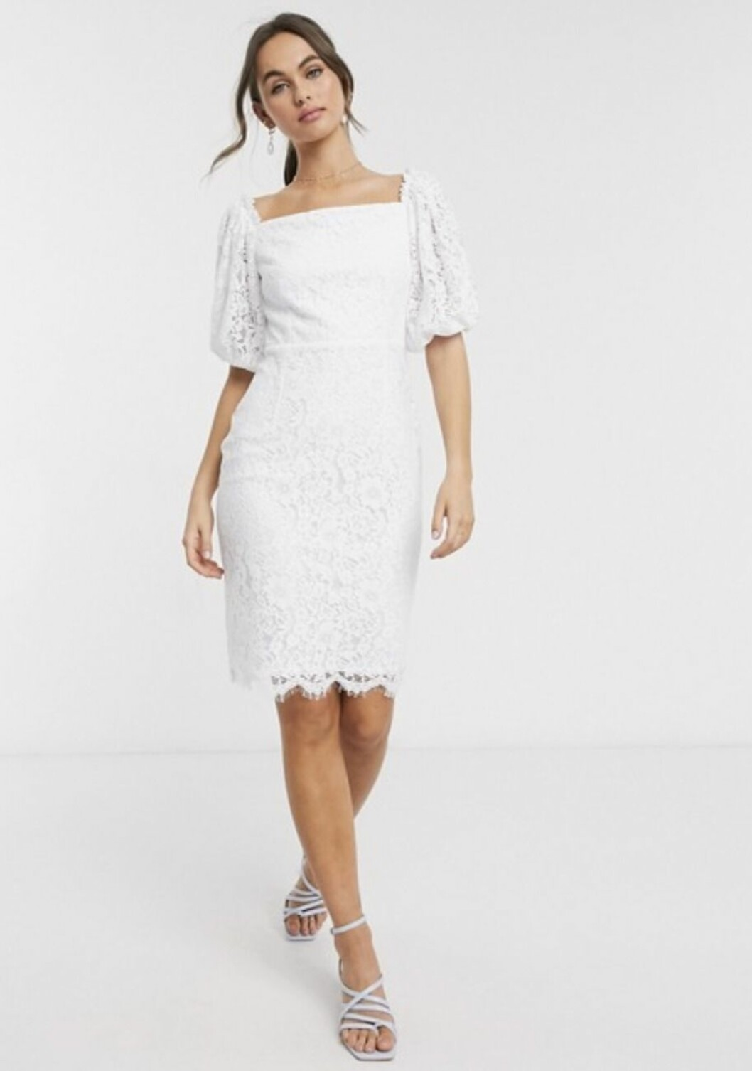 Vit spetsklänning med ballongärm –perfekt som bröllopsklänning
