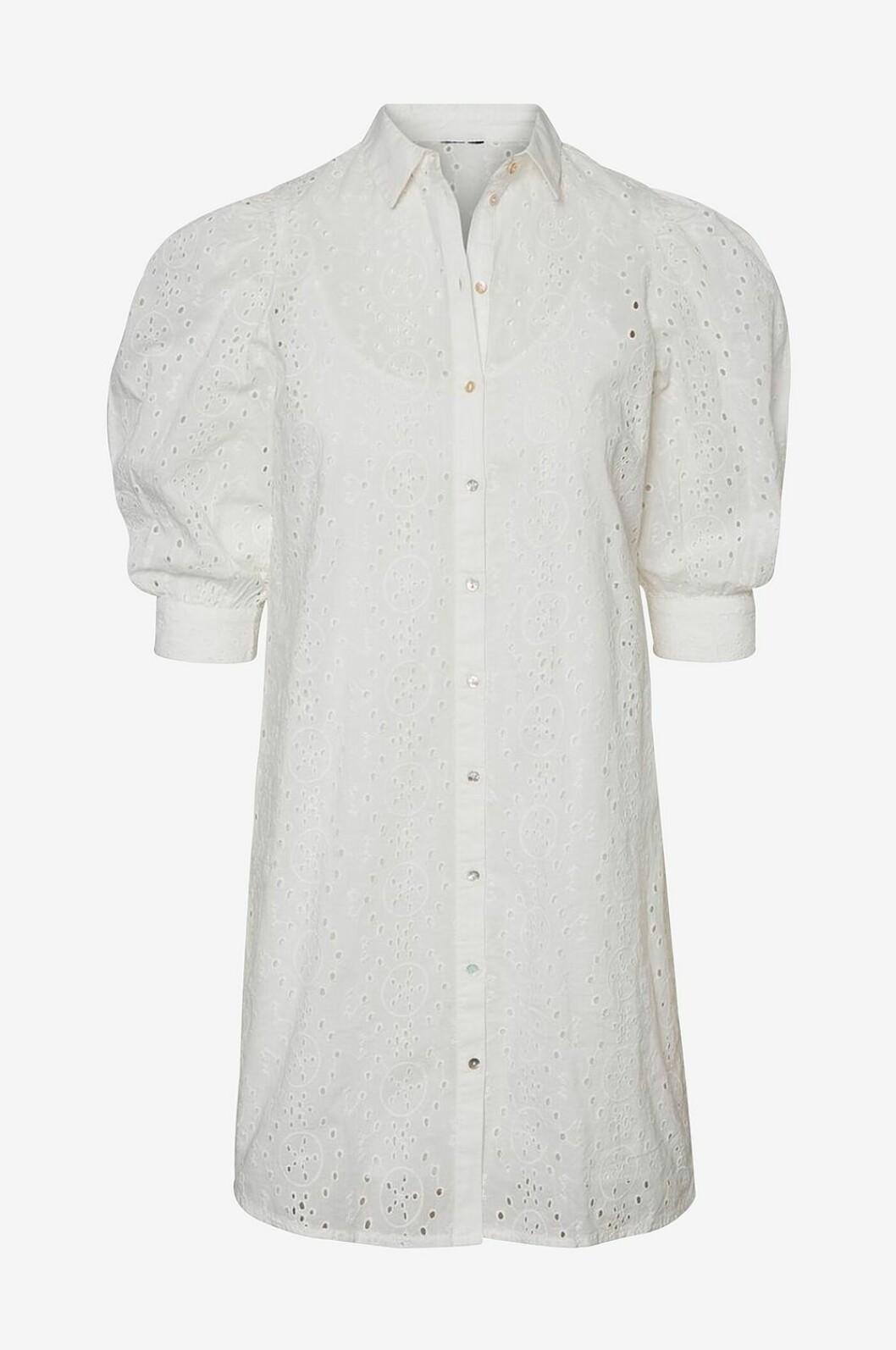 Vit skjortklänning i spets med puffärm till 2020