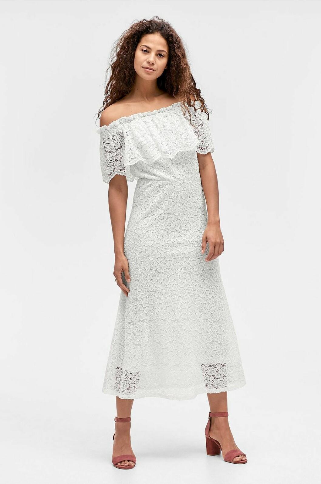 Vit spetsklänning i off shoulder-modell till sommaren 2019