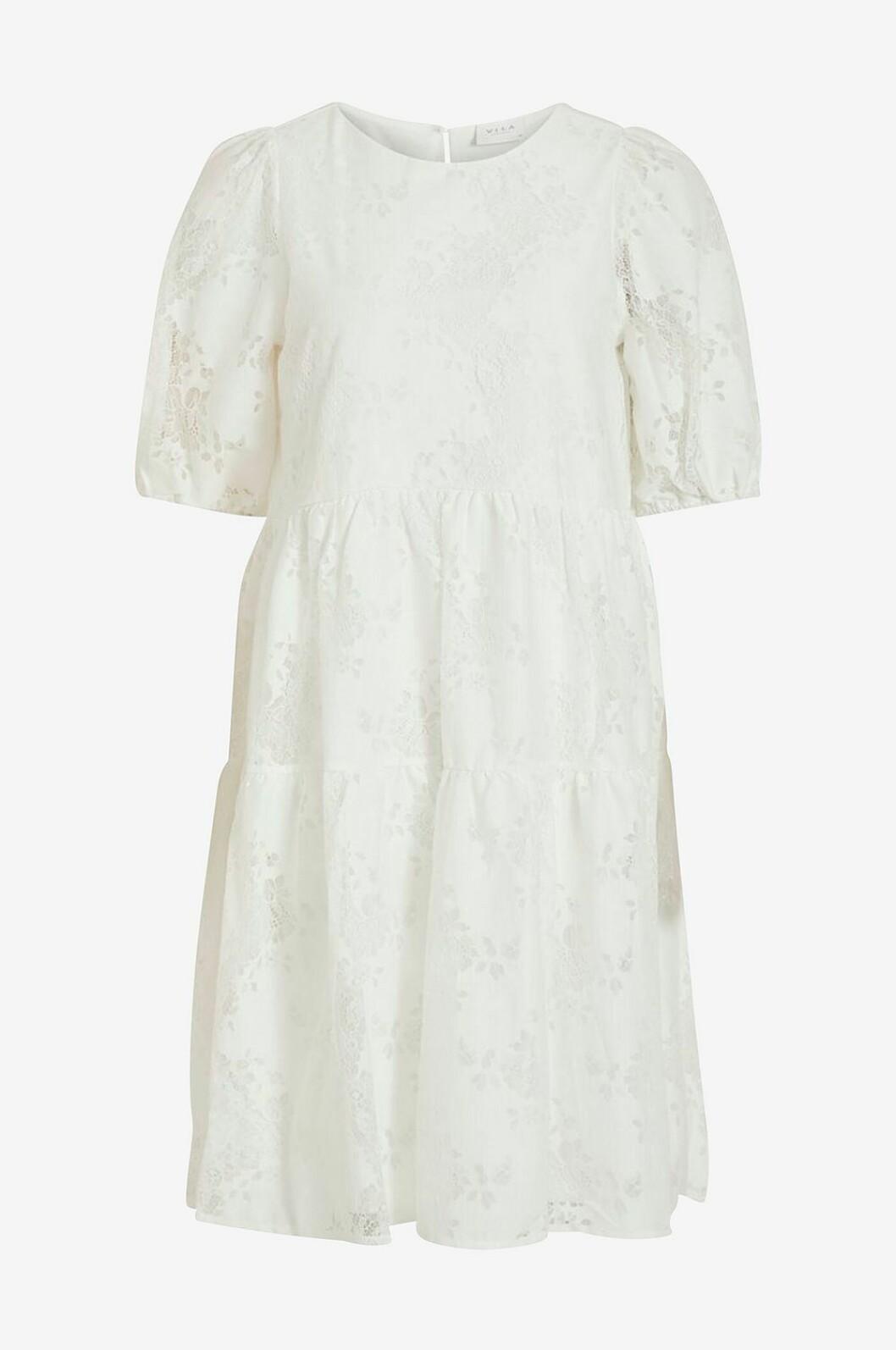 Vit volangklänning med spets till sommaren 2020