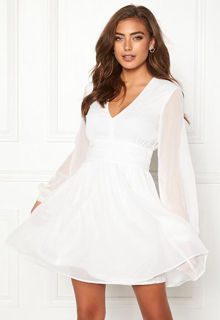 vit studentklänning med långa ärmar